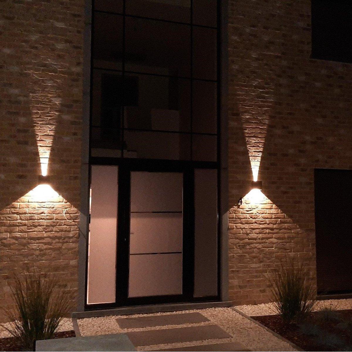 Up Down wandspot met geïntegreerd led, rechthoekige aluminium buitenwandlamp met een zwarte finish, lichtbundels zijn verstelbaar d.m.v. shutters