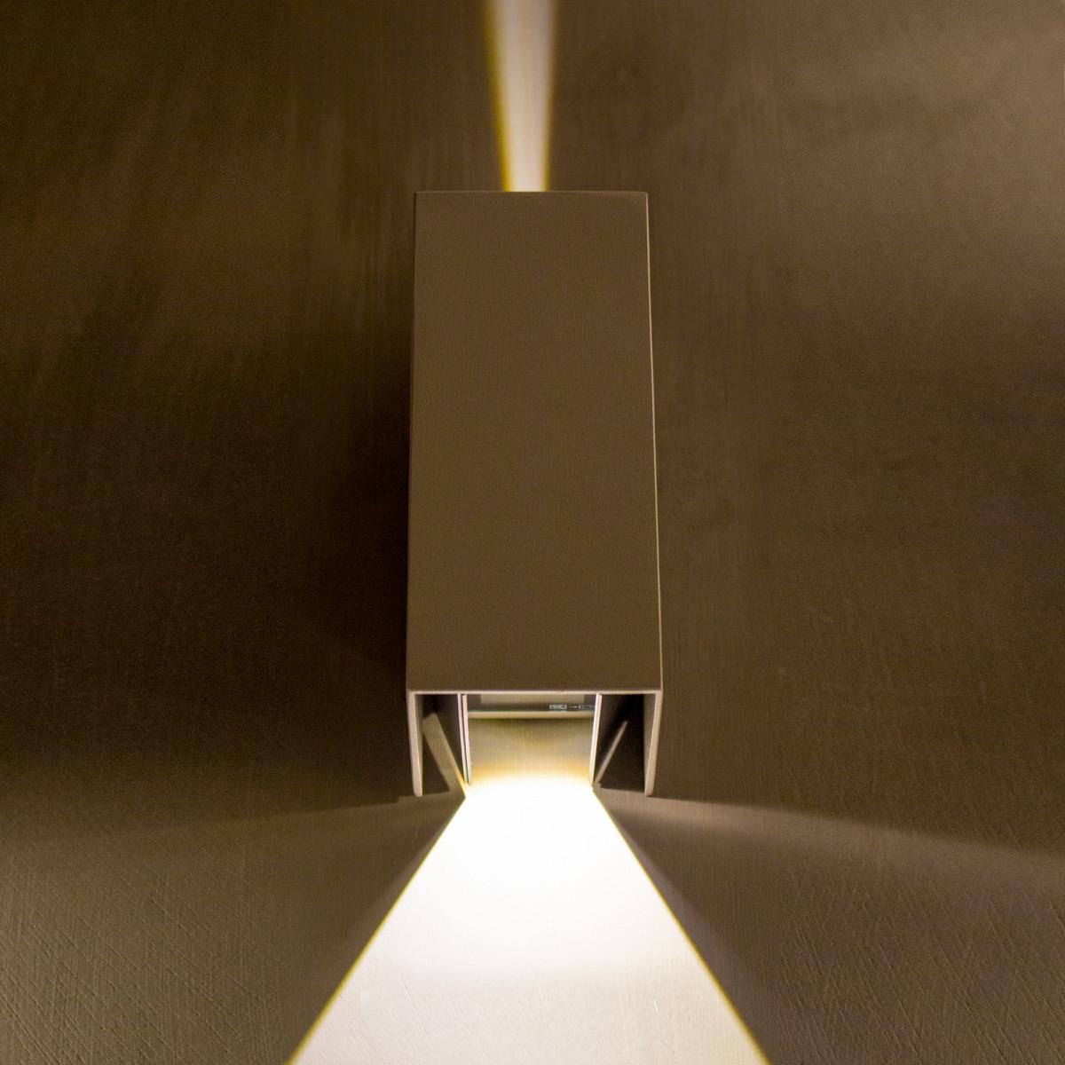 Zwarte led wandspot, rechthoekige buitenwandlamp voor accentverlichting, de lichtbundel is door schuifjes zelf in te stellen, wandspot voor buiten met geïntegreerd led