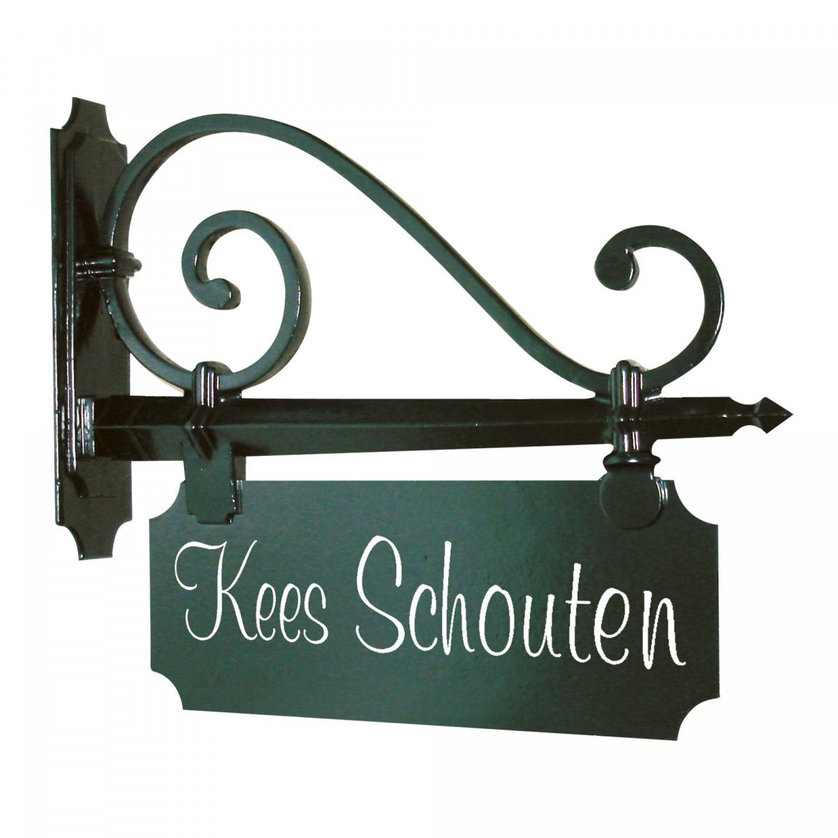 Klassiek naambord van KS Verlichting een mooi uithangbord voor een landelijk of modern klassiek exterieur