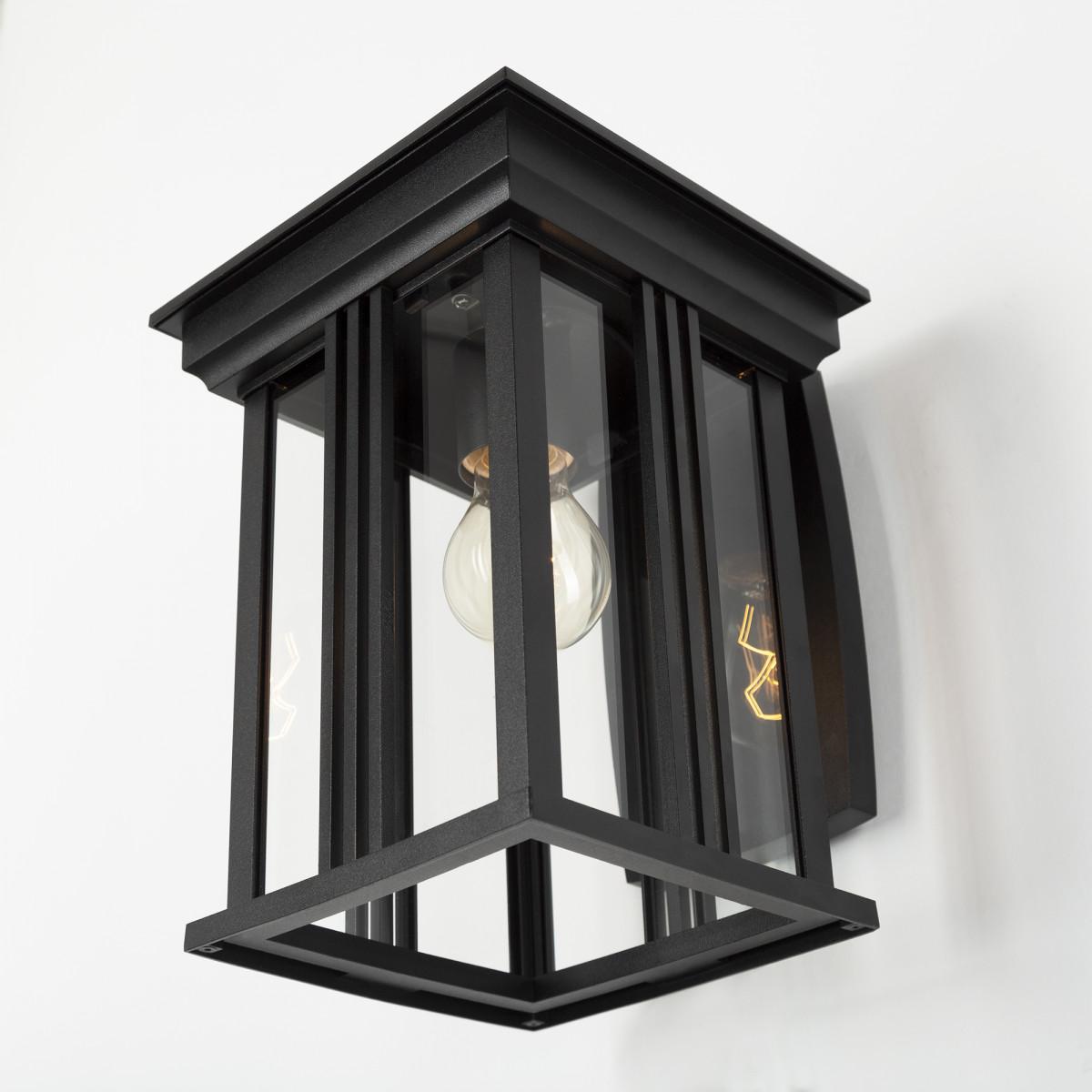 Wandlamp voor buiten in een stijlvol zwarte kleur, strakke lijnen, heldere beglazing