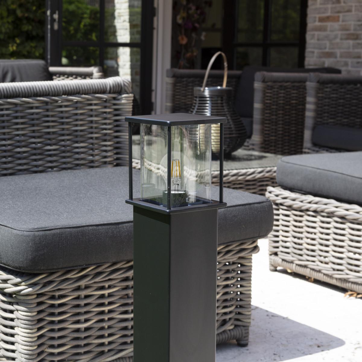 Zwarte tuinlamp 70 cm hoog strak design verlichtingsarmatuur voor buiten vierkante paal met box design lantaarnkap met heldere beglazing rondom lichtval
