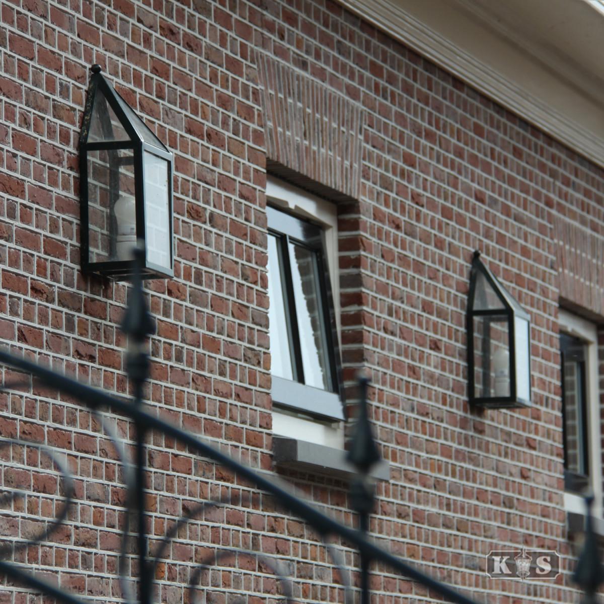 buitenwandlamp frame zwart met heldere beglazing, vormgeving van een huisje, gooise stijl wandverlichting voor buiten, e27 fitting zichtbaar in de buitenlamp